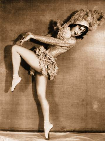 arcade-card-pin-up-woman-in-dancing-pose-with-huge-feathered-hat, black and white portrait, hollywood actress dancing, funny pose, ballet dance